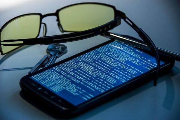 چطور از شر جاسوس افزار نصب شده بر روی گوشی خود خلاص شویم؟